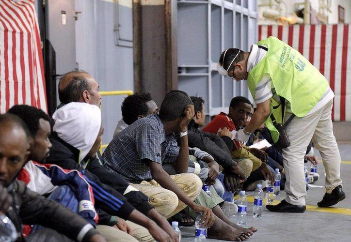 Entre los miles de inmigrantes africanos rescatados frente a costas de Sicilia hay 200 mujeres y 230 menores. (EFE)