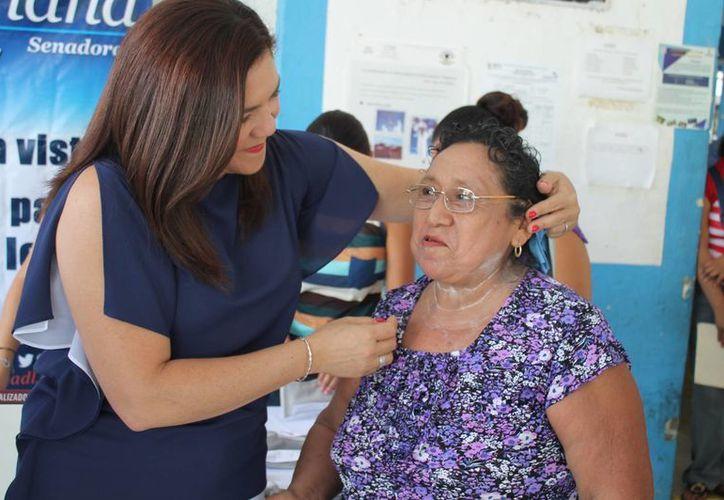 La senadora Rosa Adriana Díaz Lizama entrega un par de lentes de bajo costo. (SIPSE)