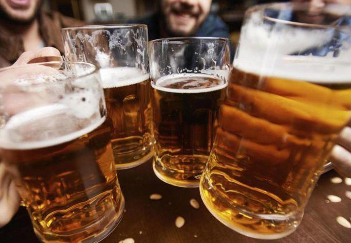 Según un estudio, las personas que beben cerveza son más creativas que  quienes no lo hacen. (Contexto)