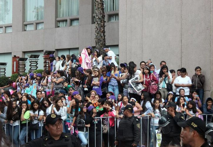 Las seguidoras de Justin Bieber entonaron temas del ídolo Juvenil, así como canciones mexicanas y ni así lograron que el canadiense saliera a saludarlas. (Notimex)
