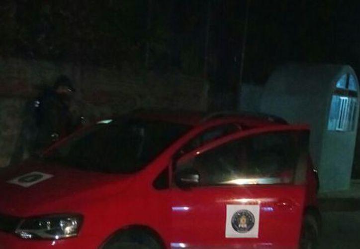 Las autoridades informan que el mando de la PIM murió en la camioneta. (Milenio)