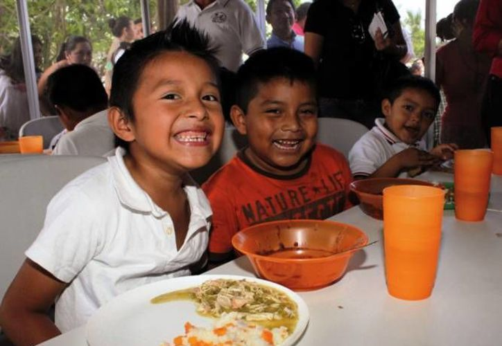 Niños comen en uno de los comedores comunitarios que existen en los municipios del país cubiertos por el programa nacional contra el hambre. (Archivo/SIPSE)