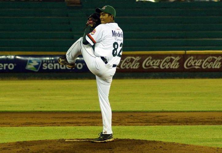 Hernán Pérez, abridor por los Leones de Yucatán juveniles, cargó con la derrota ante la UTM en la Liga Universitaria. (Milenio Novedades)