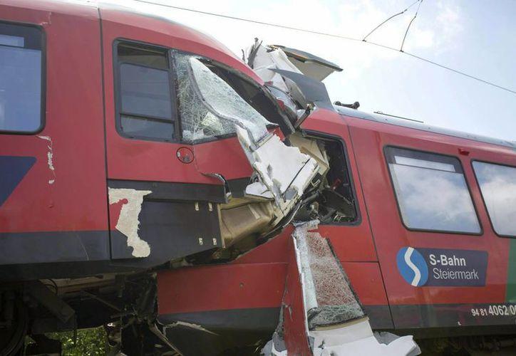 Vista de dos trenes tras colisionar cerca de Übelbach, Austria hoy. (EFE)