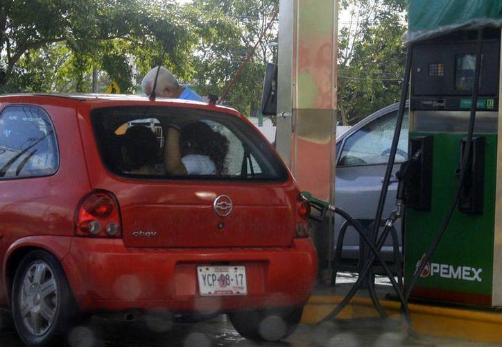 El precio de la gasolina Magna aumentó en 50 centavos, la Premium en 60 centavos y el Diesel en 51 centavos. (Harold Alcocer/SIPSE)