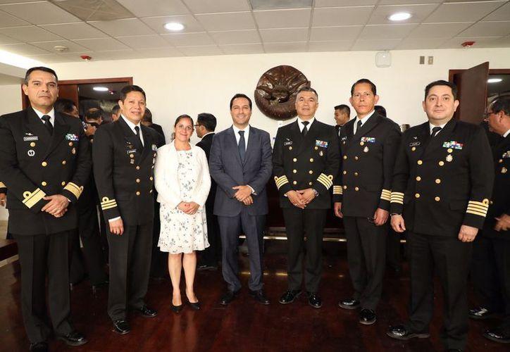 Personal de la Armada de México, presente en la conferencia de Mauricio Vila.  (Novedades Yucatán)