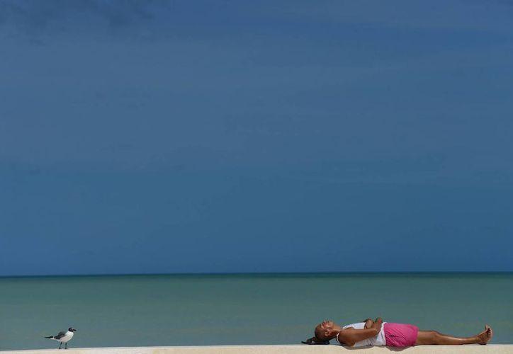 La playa de Progreso tuvo un domingo con mucho sol y altas temperaturas. (Luis Pérez/SIPSE)