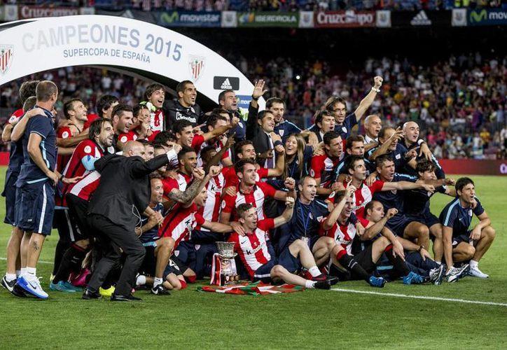 Athletic de Bilbao rompió con una sequía de más de 3 décadas sin título al ganar la Supercopa Española, en Barcelona. (AP)