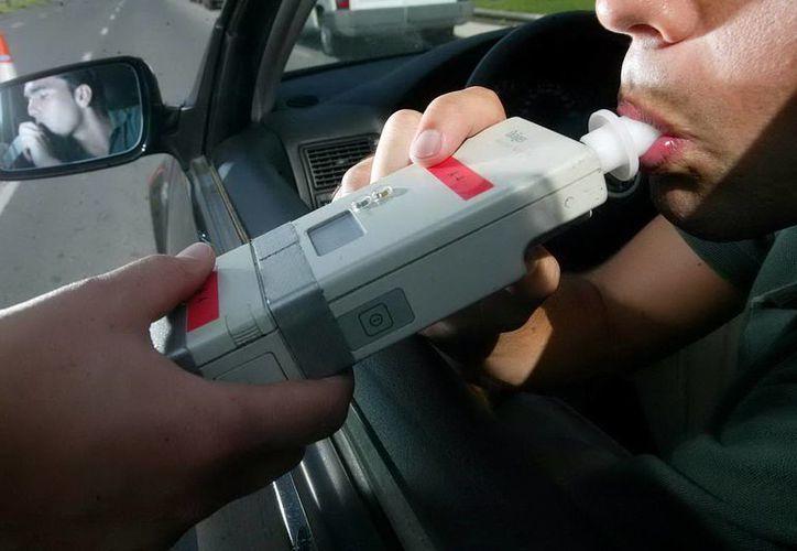El alcoholismo ocasiona muchos problemas en la vida del ser humano. En la imagen, la aplicación de una prueba de alcoholímetro para frenar los accidentes ocasionados por ebrios. (SIPSE/Archivo)
