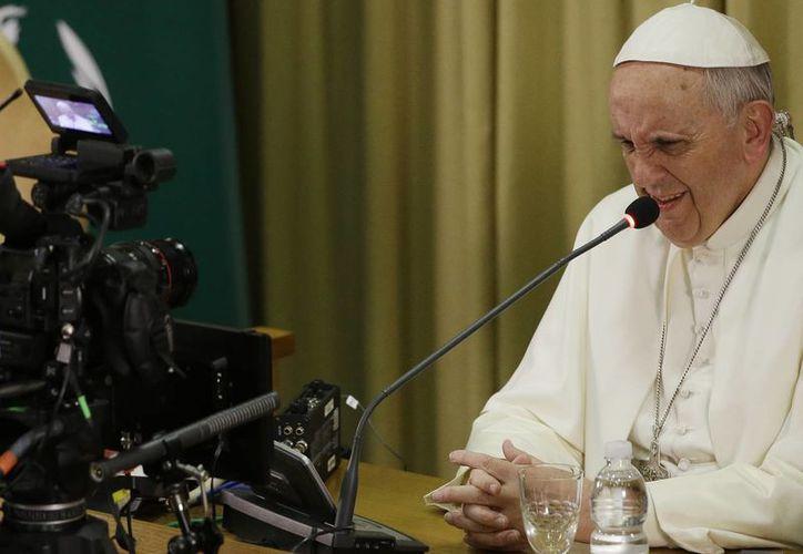 El Papa Francisco pronuncia un discurso en la Sala del Sínodo durante la ceremonia de clausura del Congreso Mundial de Scholas Occurrentes en el Vaticano. (Agencias)