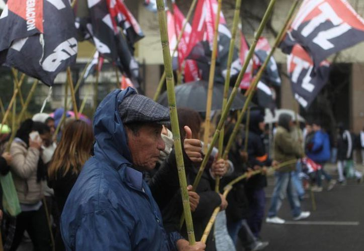 Miles de personas aseguran que las políticas del presidente Maurucio Macri han desencadenado el aumento de la pobreza entre los argentinos. (EFE)