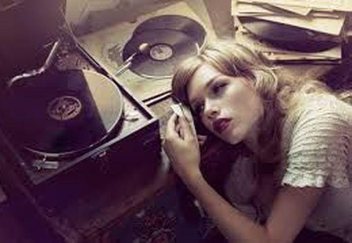 Escuchar música triste y hablar de cosas tristes tiende a hacer que la gente se sienta más deprimida. (Contexto/Internet).
