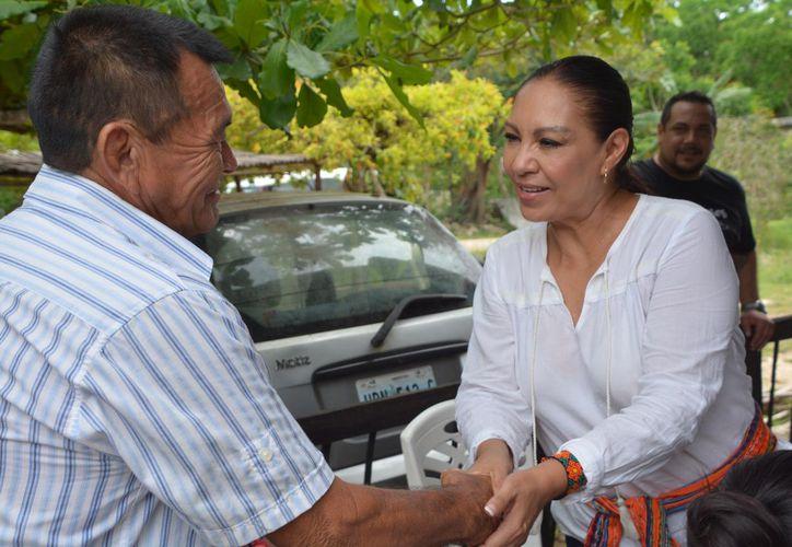 La candidata pidió a cada familia sumar esfuerzos para reconstruir Leona Vicario. (Redacción)