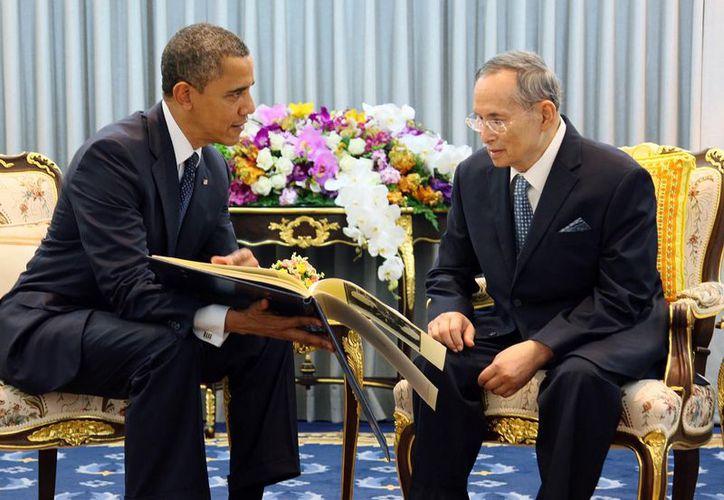 El presidente Barack Obama, a la izquierda, conversa con el rey de Tailandia, Bhumibol Adulyadej. (Agencias)