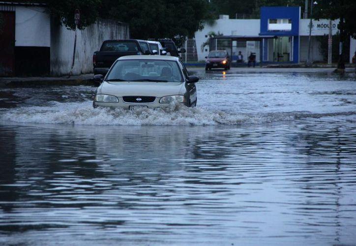 Muchas calles de Mérida quedaron anegadas por las lluvias del frente frío 12. (José Acosta/SIPSE)