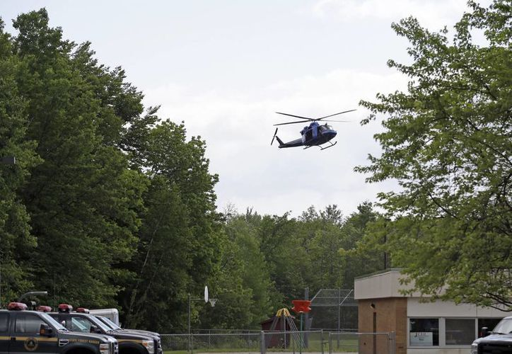 Sobrevuelo de un helicóptero en Dannemora, Nueva York, como parte de la intensa búsqueda de los asesinos  Richard Matt y David Sweat. (Foto: AP)