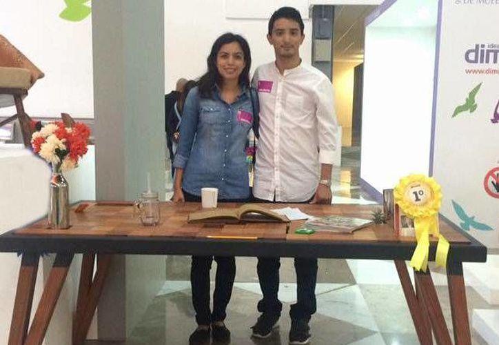 Cecilia Alcocer Carrillo y Diego Lizama Azcorra estudiantes de la Licenciatura en Arquitectura, son los creadores de la novedosa mesa 'Timbiriche'. (Milenio Novedades)