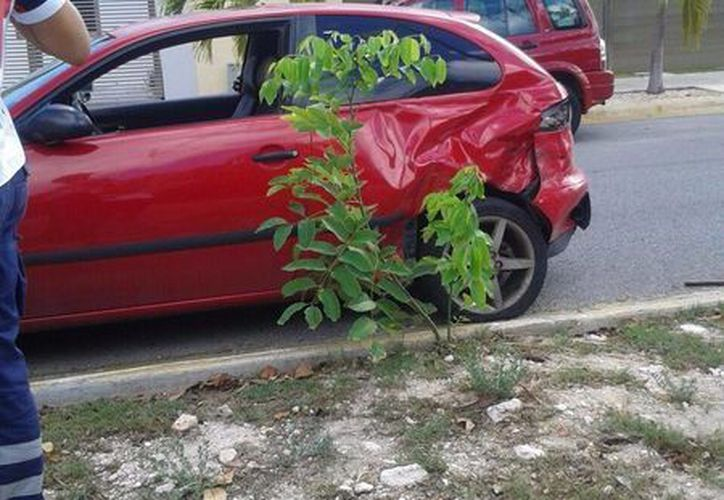 El auto Nissan March fue alcanzado por el Seat al intentar tomar un retorno. (Redacción/SIPSE)