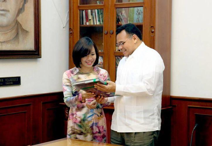 Imagen de la embajadora de Vietnam, Le Linh Lan, y el Gobernador intercambiaron obsequios. (Milenio Novedades)