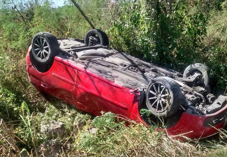 El conductor del automóvil Ibiza iba sobre la carretera Telchac Puerto-Motul, pero el conductor dormitó y eso hizo que perdiera el control del volante. (Aldo Pallota/SIPSE)