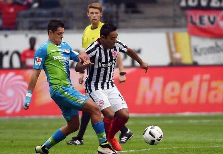 Javier Hernández pudo darle el empate a su equipo, pero falló un penal a pocos minutos de finalizar el encuentro. (Foto tomada de Twitter/Eintracht Frankfurt)