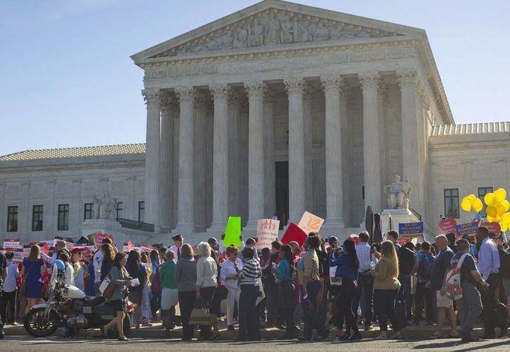 Partidarios de una reforma migratoria se reúnen frente a la Corte Suprema en Washington. (Agencias)