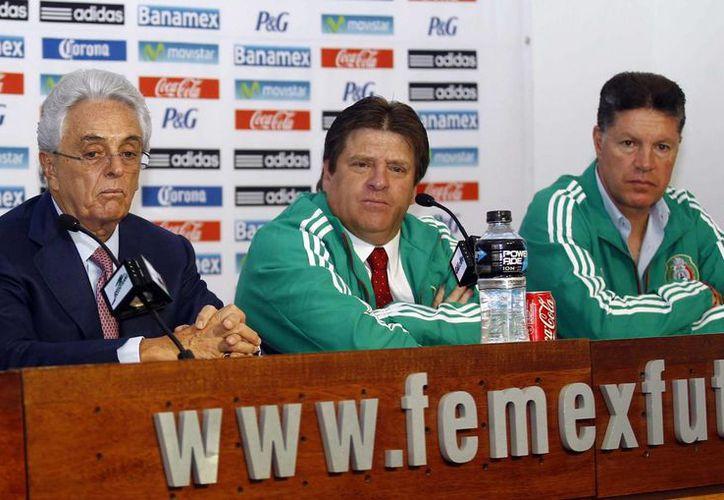 La Femexfut no sólo propuso a Miguel Herrera (c) para liderar al Tri en Brasil 2014, sino también que Ricardo Peláez funja como director deportivo de la Selección Mayor. (Notimex/Foto de archivo)