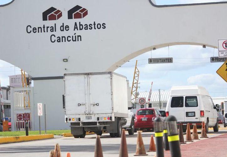 La Central de Abastos de Cancún cuenta con todo lo necesario para surtir a la población. (Paola Chiomante/SIPSE)