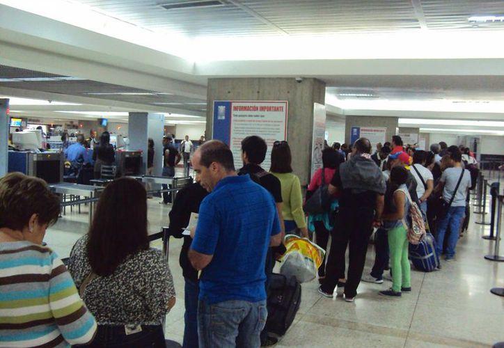 Las medidas de seguridad que adoptará EU incluyen un aumento en la revisión de artículos en las aeronaves y la evaluación en las terminales aéreas. En la imagen, el Aeropuerto Internacional Simón Bolívar de Maiquetía, al norte de Caracas, Venezuela. (Archivo/Notimex)