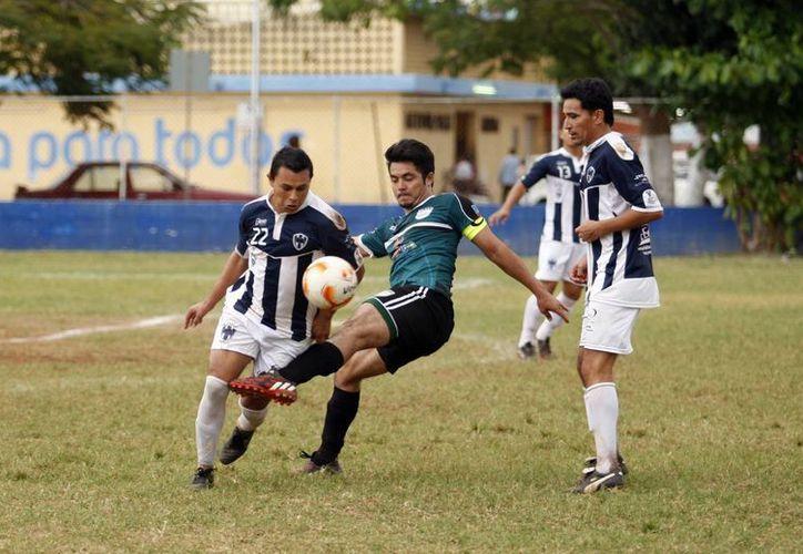 El partido entre Rayados-Gallos de Umán resultó muy parejo. (César González/SIPSE)