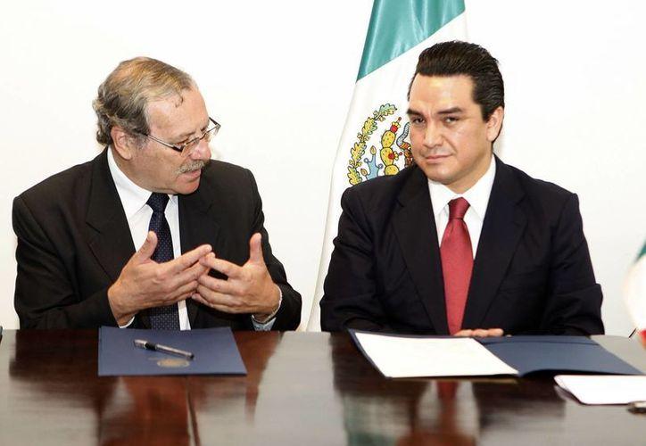 El ministro de Educación y Cultura de Uruguay, Ricardo Ehrlich (i), y el embajador de México en Montevideo, Felipe Enríquez, indicaron que ambas naciones fortalecen su vínculo histórico. (EFE)