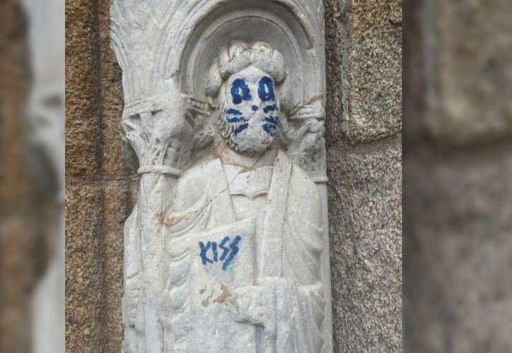 La Policía Nacional española ya busca a las personas responsables de vandalizar una escultura de la catedral de Santiago de Compostela. (@Santiago_SUP/Twitter)
