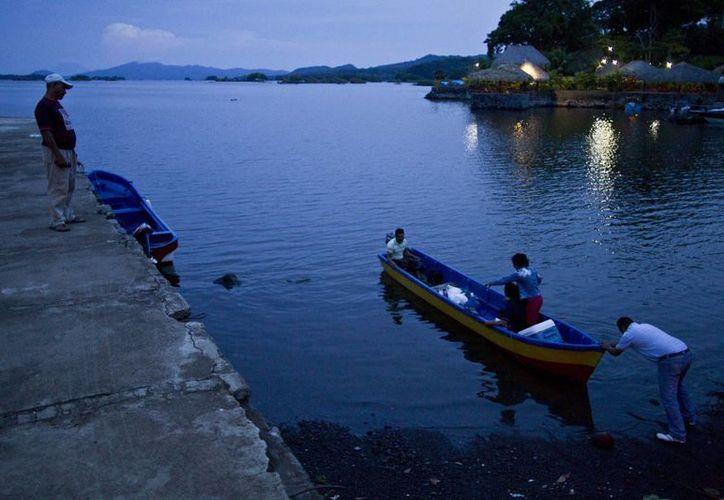 Fotografía de archivo del 7 de junio de 2013 de una persona empujando un bote en el Lago Nicaragua, cerca de Granada, Nicaragua. (Agencias)
