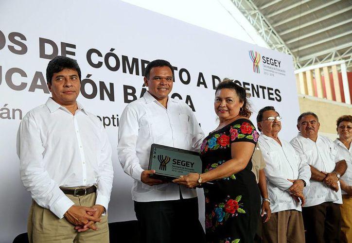 El gobernador Rolando Zapata Bello encabezó la entrega de computadoras en el deportivo La Inalámbrica. (SIPSE)