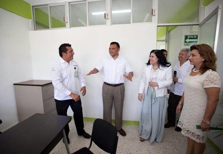 El mandatario estatal y su esposa recorrieron las instalaciones de las nuevas oficinas de la Prodemefa, las cuales se inauguraron este miércoles. (Milenio Novedades)
