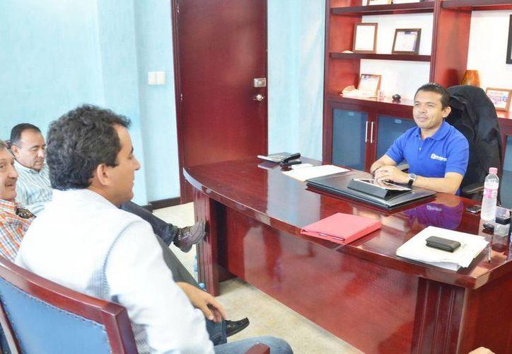 El presidente municipal de Isla Mujeres, Hugo Iván Sánchez Montalvo, conversó con los directores de Aguakan y CAPA. (Redacción/SIPSE)