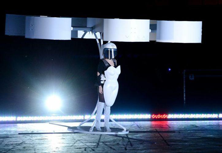 """Lady Gaga demuestra el prototipo del transportador Volantis, un """"vestido volador"""" diseñado por TechHaus - Studio XO. (Agencias)"""