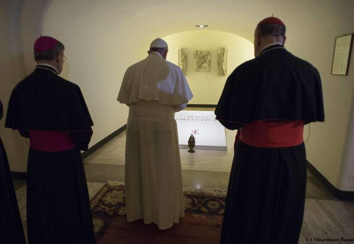 En imagen, el Papa Francisco reza en la tumba del Pablo VI durante una visita a la cripta debajo de la Basílica de San Pedro, en el Vaticano, este lunes. El Sumo Pontífice se mostró impasible durante su reaparición pública tras el escándalo que envuelve al Vaticano conocido como 'Vatileaks 2'. (AP)