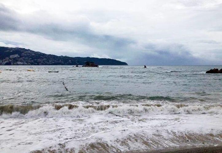 Imagen del elevado oleaje en costas de Estado de Guerrero por la entrada del Huracán Patricia. (Notimex)