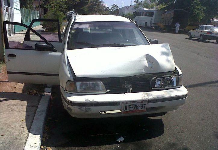El vehículo de Claudio Peña Guerrero resultó con afectaciones en la parte frontal. (Redacción/SIPSE)