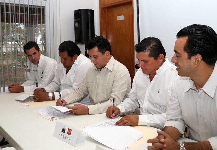 En la firma del convenio se presentaron varios integrantes de dicho Colegio. (Cortesía/SIPSE)