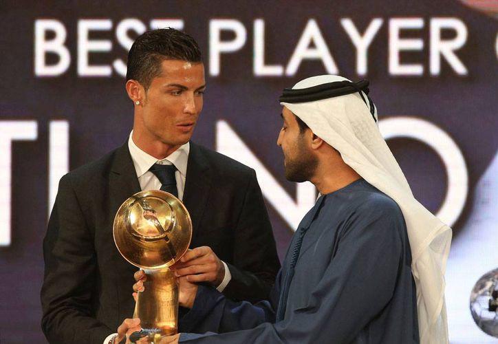 Cristiano recibe su premio 'Globe Soccer' como el Mejor Jugador, galardón que se entrega cada año en Dubái. En total, el Madrid se llevó 7 premios.