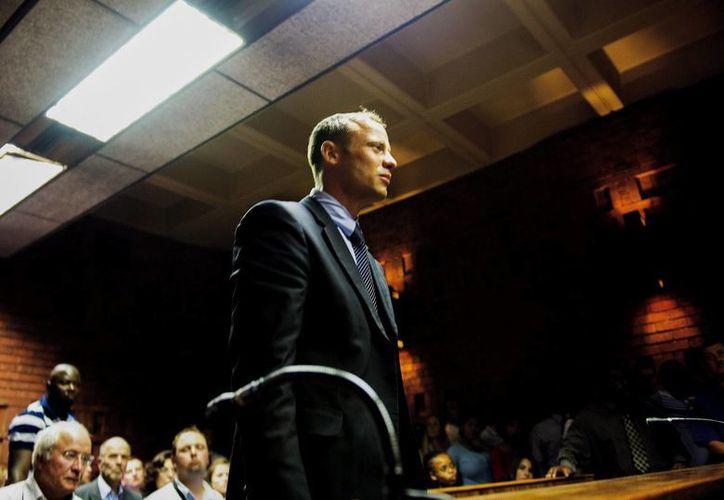 El atleta sudafricano Oscar Pistorius comparece ante el Tribunal de la Magistratura de Pretoria por el supuesto asesinato a tiros de su pareja. (EFE)