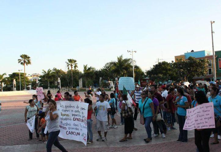 Docentes realizaron una marcha en Playa del Carmen. (Archivo/SIPSE)