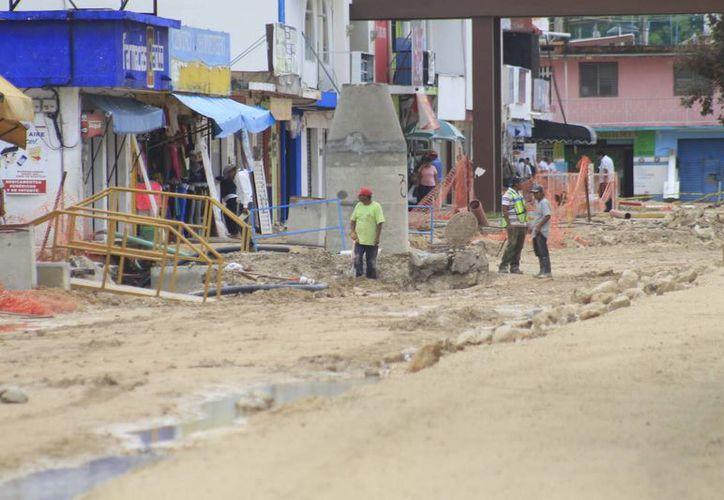 En Othón P. Blanco los recursos 2013 se aplicaron en obras de alcantarillado y drenaje pluvial; bacheo y construcción de banquetas, guarniciones y calles. (Benjamín Pat/SIPSE)