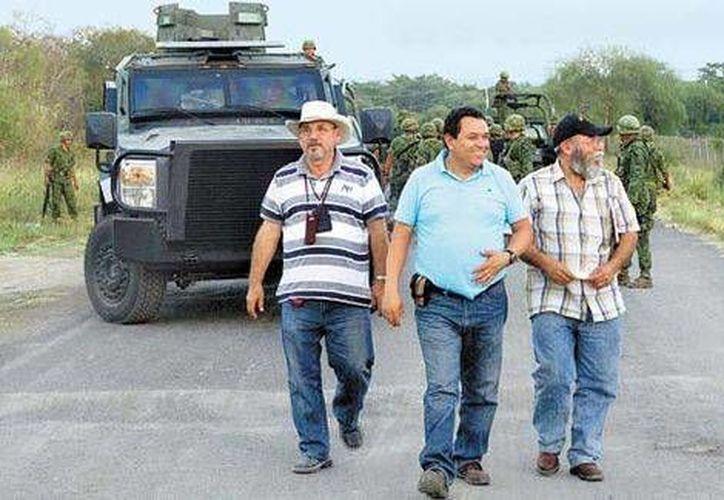 Hipólito Mora (i) junto con otros líderes de autodefensas a su arribo a la reunión con autoridades. (Milenio)