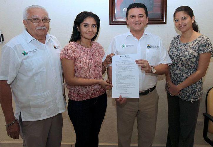 El presidente municipal, Fredy Marrufo Martín, posa con la convocatoria para que un estudiante ocupe su cargo.  (Redacción/SIPSE)