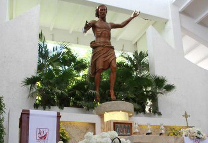 Hasta el frente del altar había una ofrenda de rosas blancas y una manta con imágenes de la enfermera. (Tomás Álvarez/SIPSE)