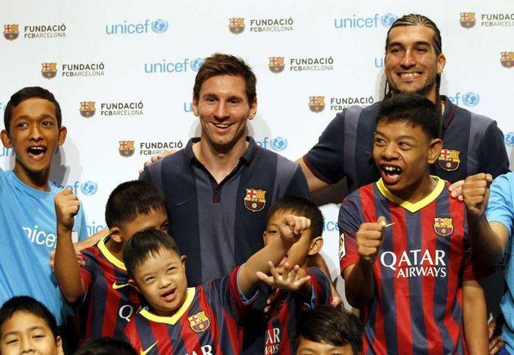 Messi resulta un verdadero imán para los seguidores del Barza, en Tailandia. (Efe)