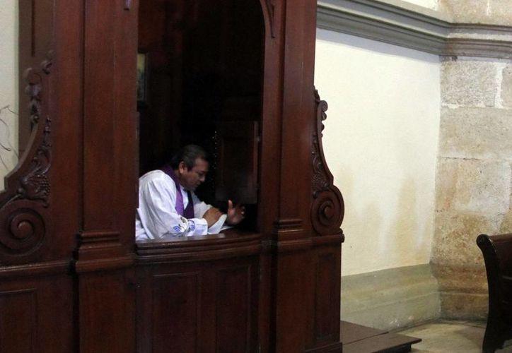 Los divorciados no pueden confesarse. Imagen de un sacerdote en un confesionario en la Catedral. (Milenio Novedades)